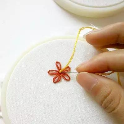 10种很常见的花朵刺绣,平面立体都有,简单又易学!附图解教程